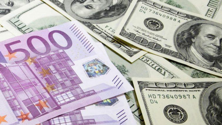 Доллар падает, а евро растет
