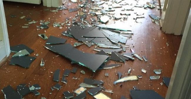 Ее сын в порыве гнева разбил огромное зеркало. Реакция мамы — пример многим родителям! (ФОТО)