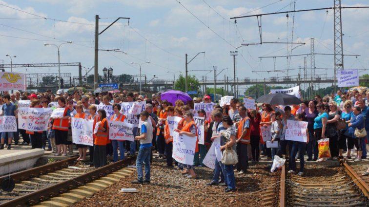Железнодорожники требуют повысить им зарплату