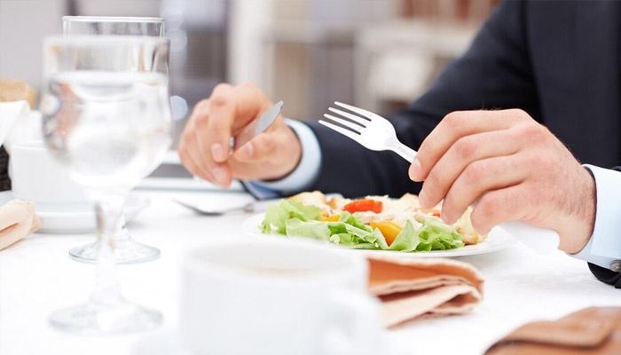 Вот как правильно следует пользоваться салфеткой в ресторане. А вы поступаете так же?