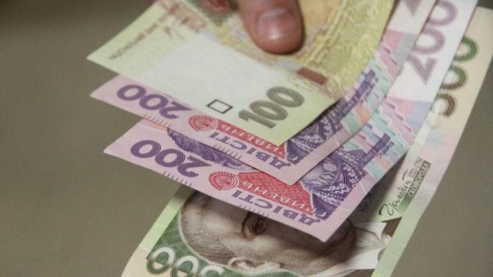 Гривня падает: курс евро вплотную подошел к психологической отметке