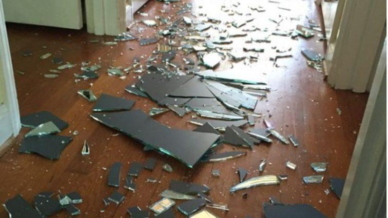 Ее сын в порыве гнева разбил огромное зеркало. Реакция мамы — пример многим родителям!