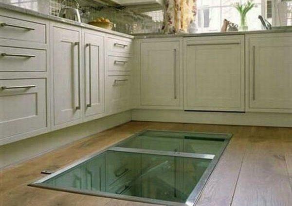Этот мужчина сделал на кухнепотайное окно в полу. Ты удивишься, когда поймешь зачем (ФОТО)