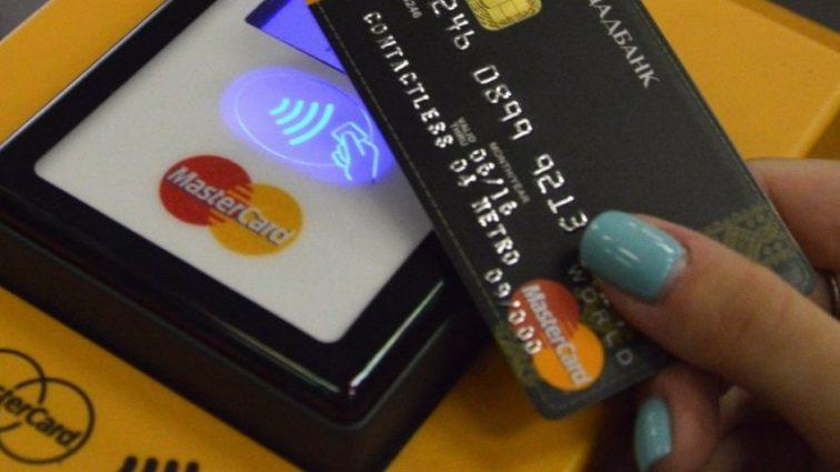 С украинцев хотят снять ответственность за банковские карточки
