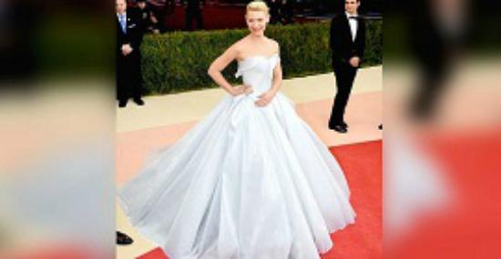 Ее платье выглядит сногсшибательно. Но когда выключился свет, у меня просто отвисла челюсть…