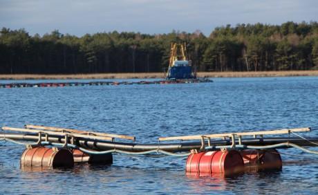 На Волыни со дна озера выкачивают ценное удобрение и отправляют в Европу