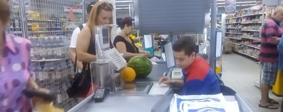 Извращенец в супермаркете: преступление снятое на камеру наблюдения