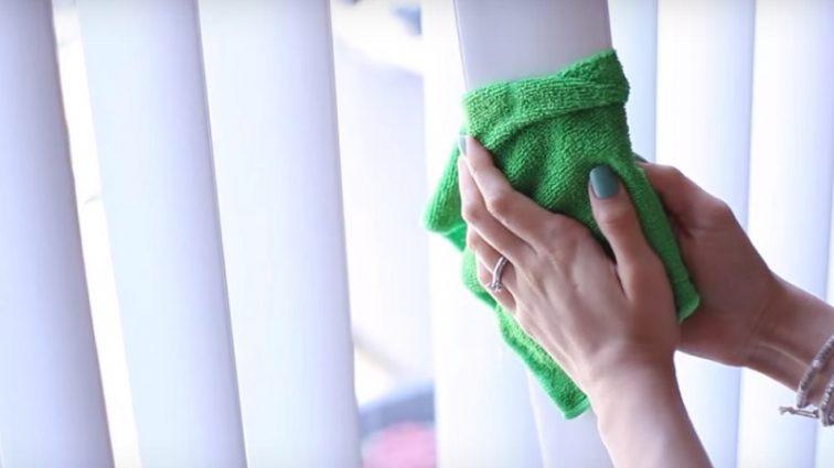 Не спеши снимать жалюзи! Этот суперлегкий способ поможет очистить их в 2 счета