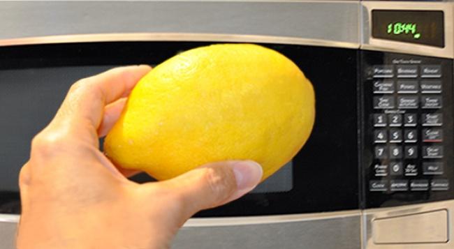Просто помести лимон в микроволновку и посмотри, что будет через 20 секунд!