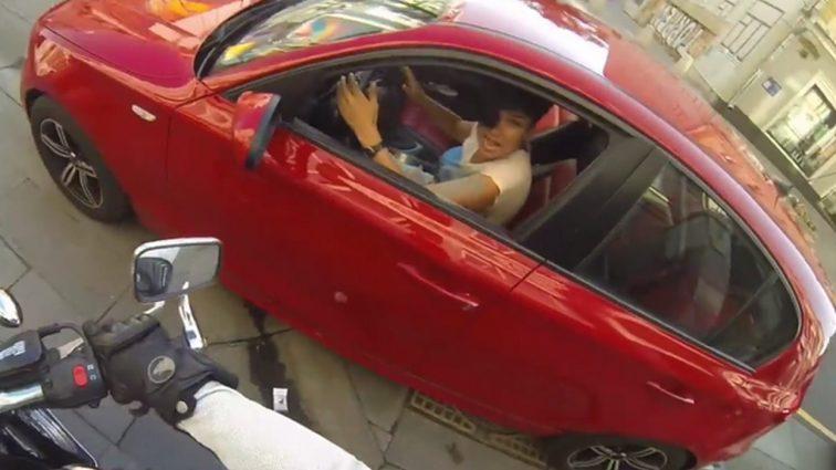 Наглая женщина выбросила бутылку из окна автомобиля. Тогда судьба преподнесла ей урок.
