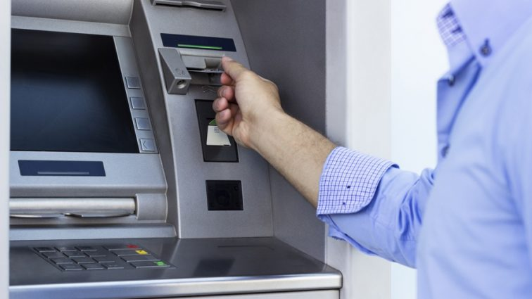 «На колени, смерды»: Соцсеть позабавили странные банкоматы