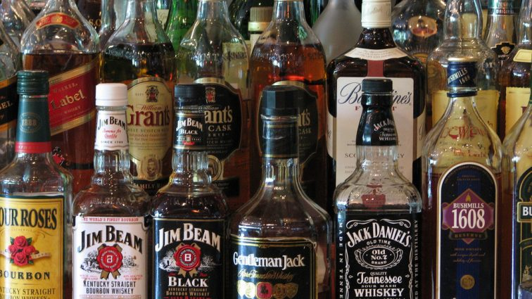 Кабмин возвращает регулирование цен на алкоголь в связи с массовыми отравлениями