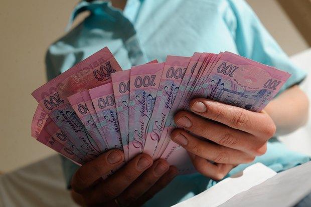Как вырастут зарплаты с декабря: врачам и учителям добавят сотни гривен