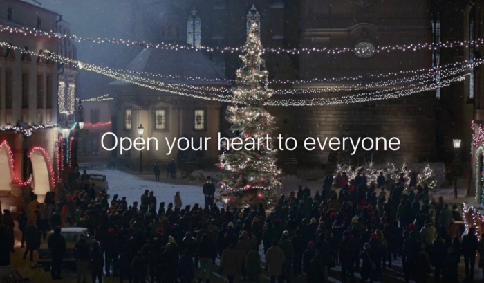 Франкенштейн прорекламировал айфон в трогательном рождественском ролике