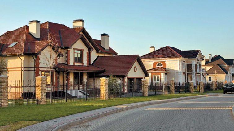 Что происходит с рынком загородной недвижимости: скандалы с застройщиками «уронили» цены на квартиры