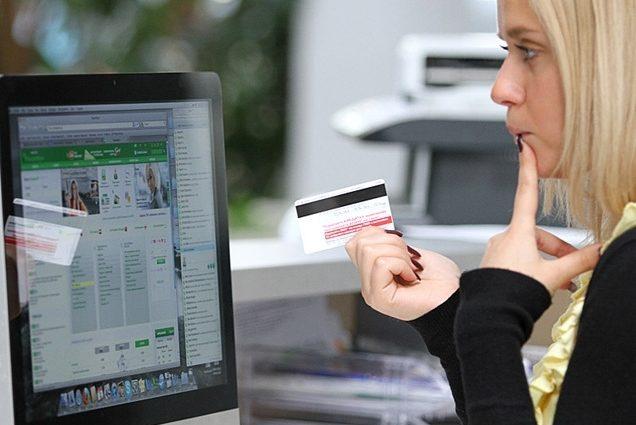 Почему украинцы боятся платить банковскими картами в интернете