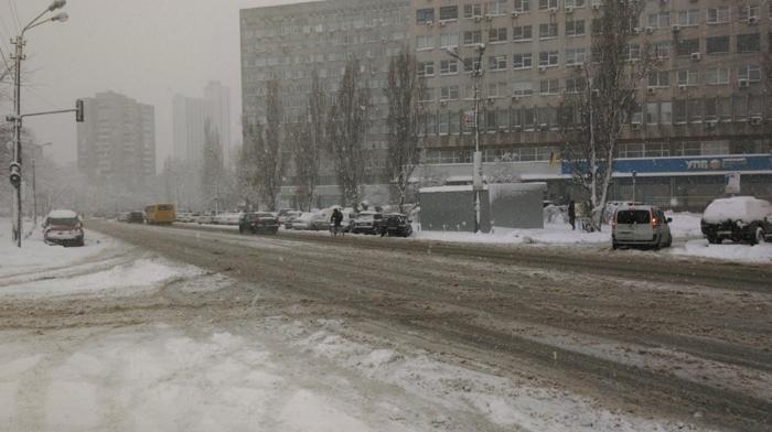 Из-за снегопада в Киеве закроют въезд для грузовиков и будут эвакуировать авто