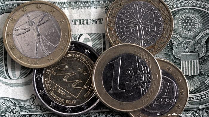 Евро опустился до 14-летнего минимума по отношению к доллару