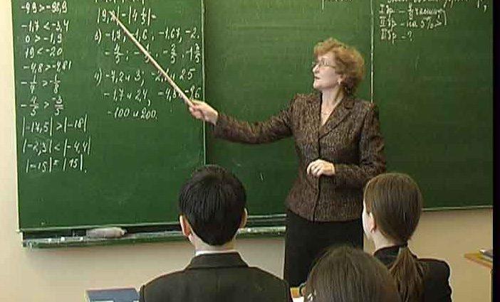 Школьным учителям повысили зарплаты в полтора раза. Сколько денег теперь будут получать?