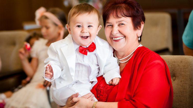 Быть бабушкой — выгодно: за уход за внуками теперь будут платить зарплату!