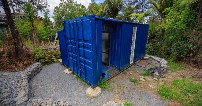 Соседи не понимали, зачем она перебралась жить из дома в контейнер. Увиденное в контейнере их поразило (ФОТО)