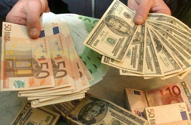 Евро станет дешевле доллара — прогнозы аналитиков!