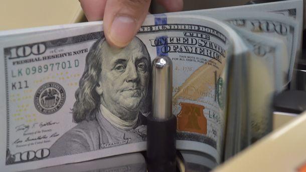 Курс доллара на межбанке покатился вниз
