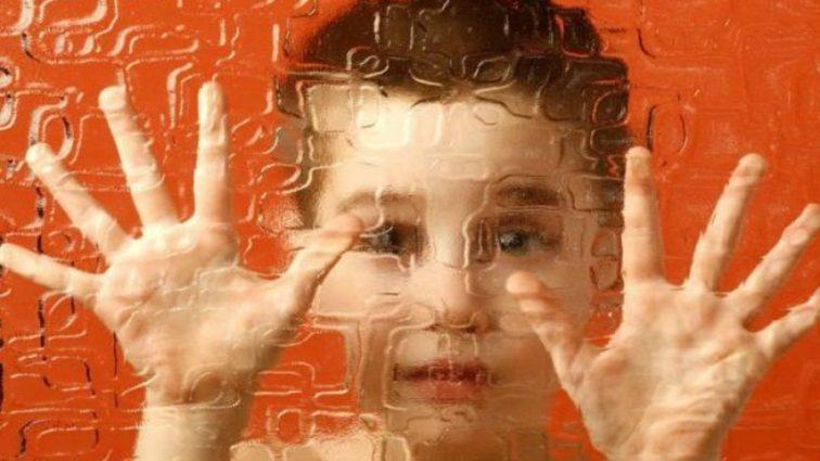 Аутизм связали с десятью заболеваниями