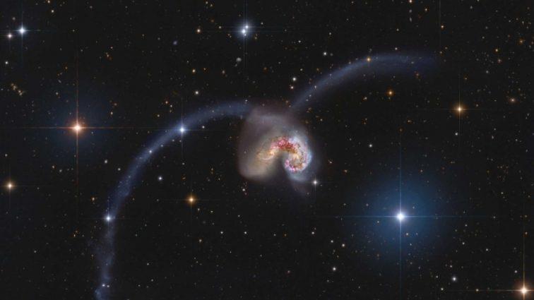 Hubble показал уникальные кадры столкновения галактик!