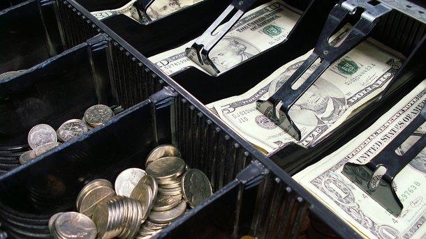 Украинцы несут доллары в банки – НБУ