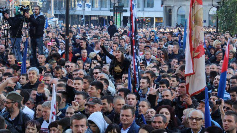 ДОЛОЙ МАРИОНЕТКУ ПУТИНА! В Сербии тысячи людей митингуют против нового президента