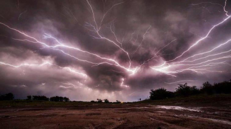 С земли в небо : Появились уникальные кадры мега молнии которая напугала пол мира