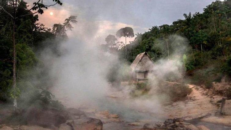 Природа превратила реку на кипящий суп