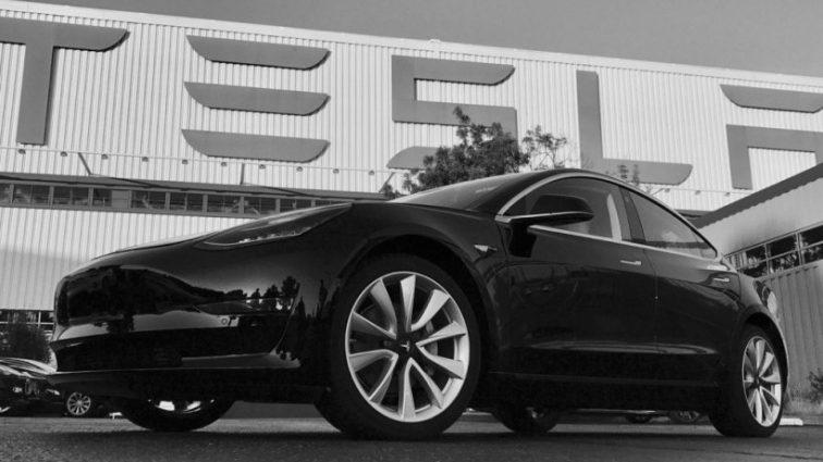 Маск показал первые фотографии Tesla Model 3