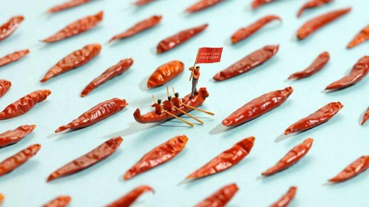 Художник создает миниатюры из бытовых вещей и продуктов