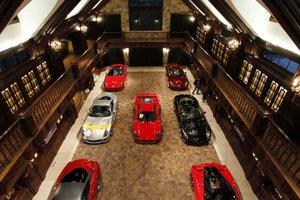 Видеохит: коллекционер построил роскошный гараж для эксклюзивных суперкаров
