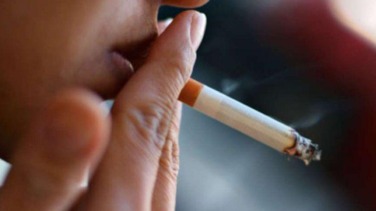 За курение на летних площадках оштрафовали полсотни владельцев баров и кафе