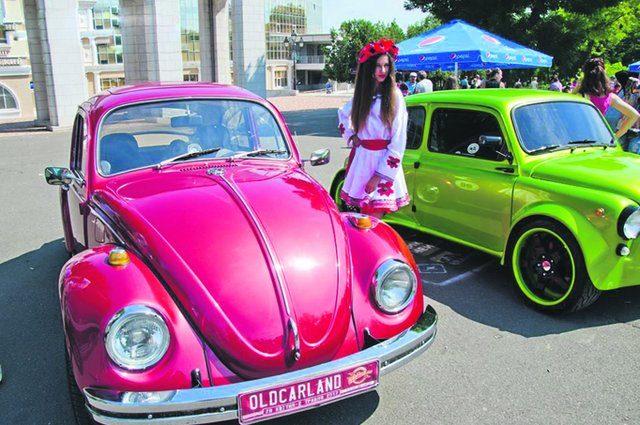 Ретро-ралли в Одессе: красный «Жук» для девушек, американский Buick и английский Lotus Super 7