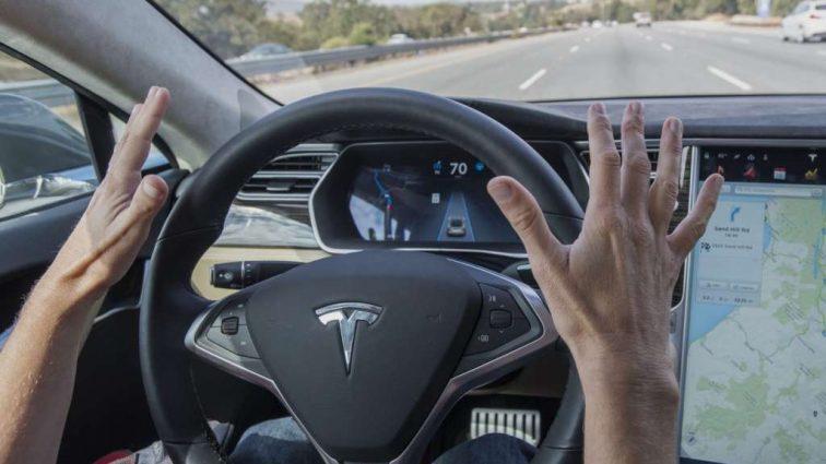 Tesla на автопилоте вылетела с дороги и перевернулась. Есть жертвы