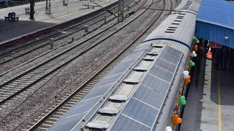 Индия запустила поезд с солнечными батареями на крыше