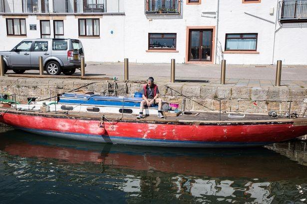 Британец потратил 5 лет на ремонт яхты, которая затонула через 5 минут после спуска