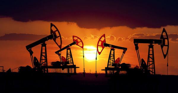 Мировые цены на нефть снизились, потянув вниз и российский рубль
