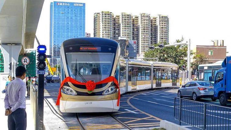 В Китае запустили первый беспилотный трамвай