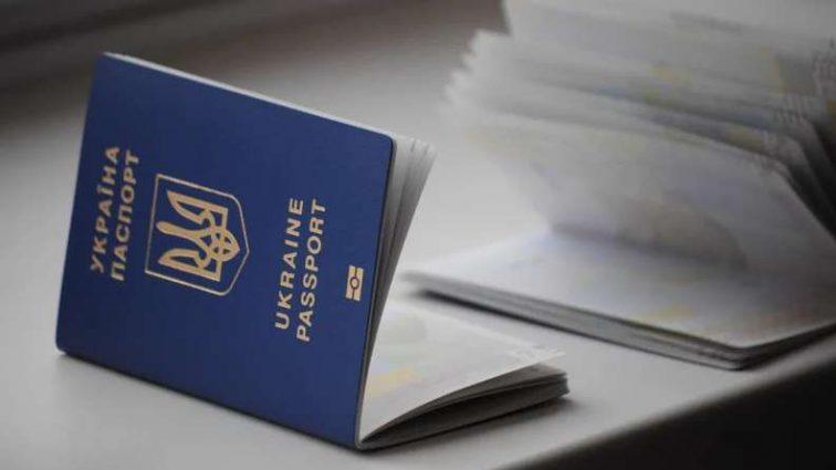 Как десятки тысяч украинцев ежедневно борются за биометрический паспорт