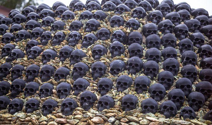«Из костей и черепов»: Бизнесмен построил дом который ужасает его соседей! (Фото)