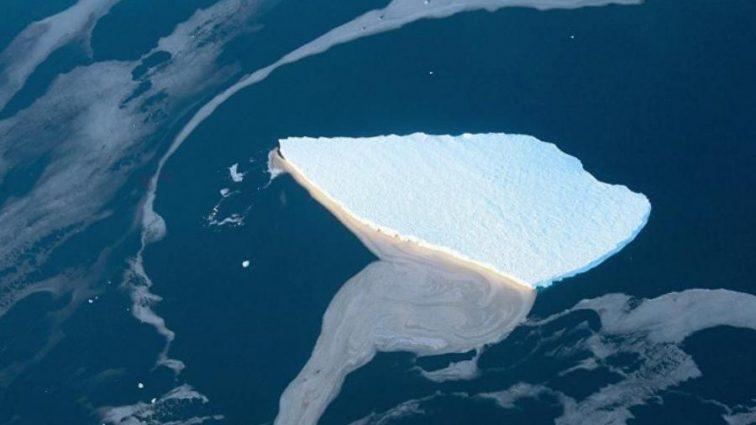 Гигантский айсберг попрощался с Антарктидой