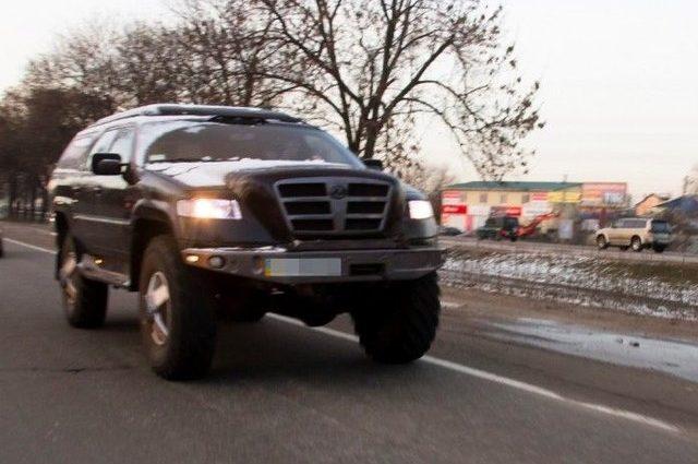 В Украине заметили самодельный внедорожник размером с КамАЗ