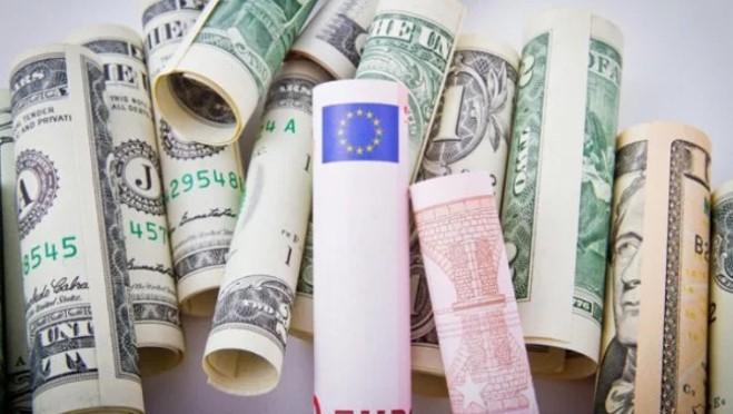 Курс доллара и евро пошли в осенний отрыв
