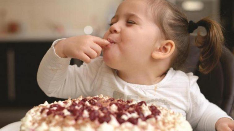 Как научить ребенка не переедать сладостей