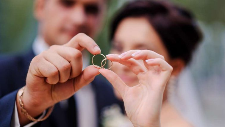 Ученые порекомендовали мужчинам забыть про обручальные кольца